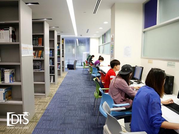 Một góc thư viên của Học viện Kaplan Singapore